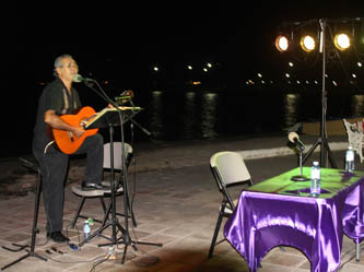 El evento contó la participación artística del cantautor Ernesto Merino, quien interpretó temas al ritmo de la trova deleitando al nutrido público asistente que se dio cita para disfrutar el romántico ambiente.