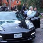 Captado durante la salida de un evento, el senador deslumbró con su costo vehículo, un deportivo que vale poco más de un millón 774 mil pesos.