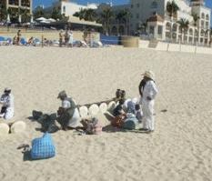 Denuncian turistas a niños vendedores que roban y acosan