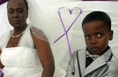 Vaya boda: ella 61, él 8 años