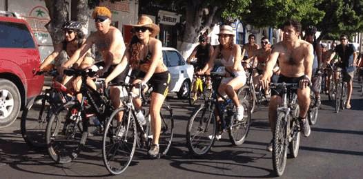 Tuvieron ciclistas que cubrir su desnudez