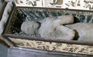 Encuentra niño una momia en el ático
