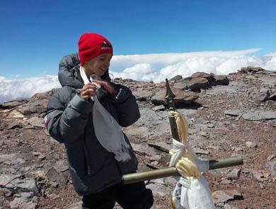 Conquista niño la cima del Aconcagua