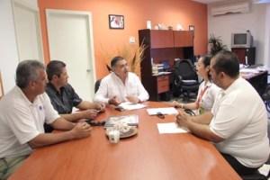 Delegados sindicales de Todos Santos, Pescadero y algunas área de la ciudad de La Paz con el secretario general del XIV Ayuntamiento, Guillermo Beltrán Rochín.