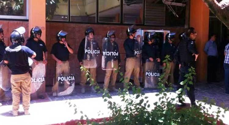 Intentan desalojar a antorchistas del Palacio de Gobierno