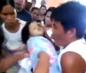 Una pequeña bebé filipina de tres años 'resucitó' en su ataúd