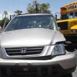 En el autobús no venían pasajeros y chofer resultó ileso.