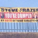 Terminan a hombre infiel con vergonzosa pancarta en puente de Inglaterra.