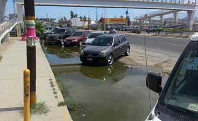 Charco de agua negras a un costado de Servicios Públicos