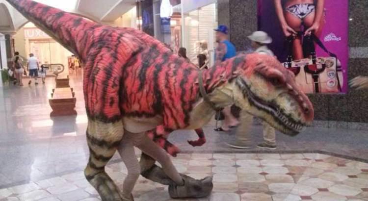 Camina dinosaurio por plaza comercial