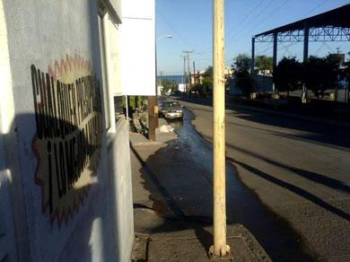 Continúa derramándose el drenaje en Santa Rosalía