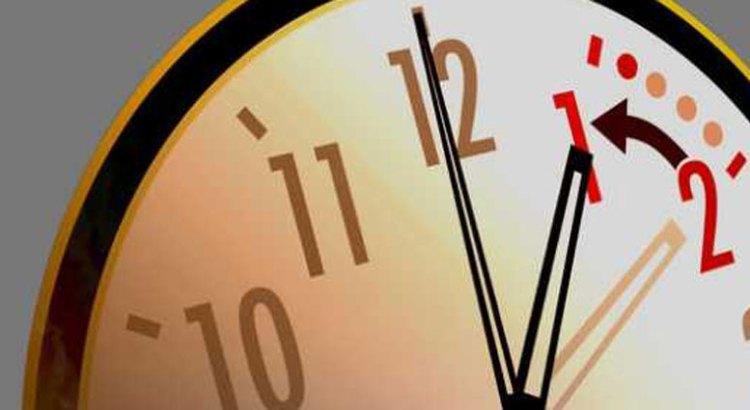 A atrasar una hora los relojes