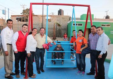 Instalan columpio especial para niños con discapacidad