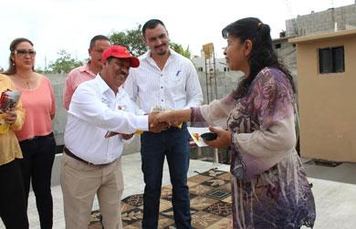 Visita Luis Armando Díaz la colonia Pablo L. Martínez