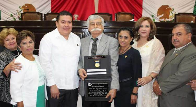 "Entregan a Aníbal Angulo la medalla ""Néstor Agúndez Martínez"""