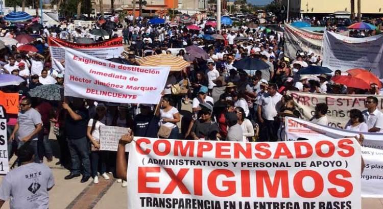 Marchan profesores a Palacio de Gobierno