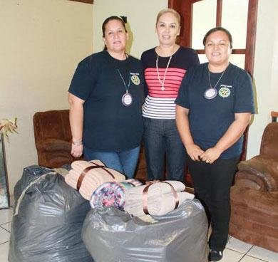 Entrega Vianey Núñez cobijas a albergue de San Antonio