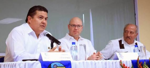 """(De izquierda a derecha) El Rector Gustavo Cruz, el Magistrado Salvador Nava y el Magistrado Joaquín Quibrera durante la conferencia """"Los Procesos Concurrentes de la Democratización en México"""" coordinada por el TEPJF, TEEBCS y la UABCS."""