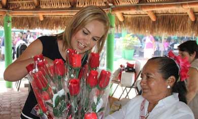 Visita Vianey a abuelitos de Casa del Día
