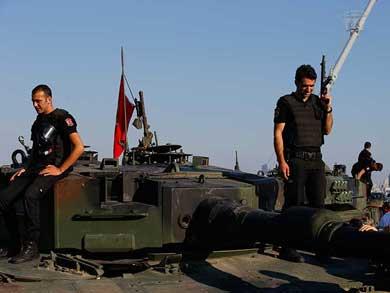 Se rinden últimas tropas golpistas en la capital turca
