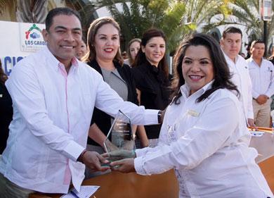 Entregó Alcalde reconocimiento a Adriana Rivera