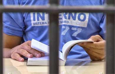 Entregan acervo bibliográfico a CERESOS