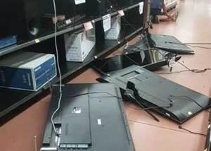 Un sujeto destruyó una decena de pantallas planas en Walmart.