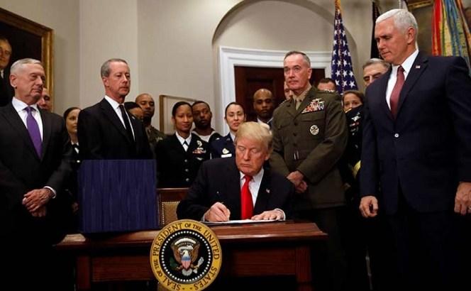 Firma Trump presupuesto militar