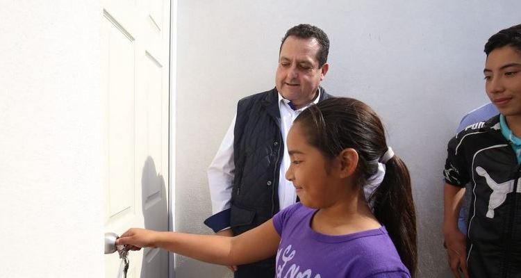 Entrega gobernador viviendas a familias vulnerables