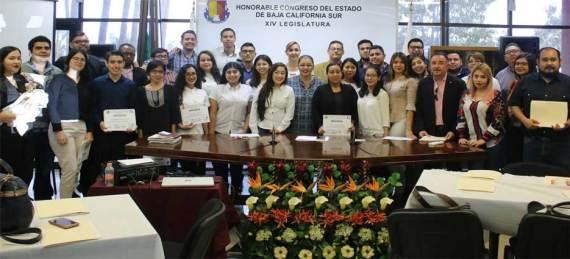 Un grupo de estudiantes de la UABCS recibió un reconocimiento por su participación en el Taller de Trabajo Legislativo coordinado por el Congreso del Estado.