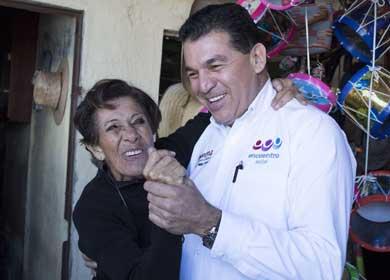 Visita Rubén Muñoz a locatarios del mercado Bravo