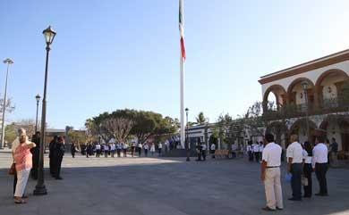 Lunes cívico en la plaza Mijares