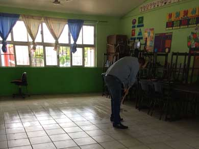 Limpian escuelas que fueron refugios temporales