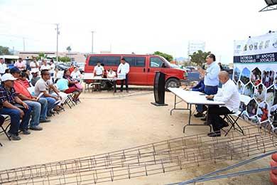 Entrega gobierno municipal y estatal apoyos Piso Firme