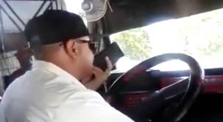 Con una mano en el celular y otra en el volante