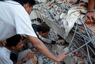 Siguen las labores de rescate en Indonesia