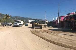 """Servicios Públicos en el municipio de Los Cabos continúa con el raspado y rehabilitación de las calles tras el paso del fenómeno meteorológico """"John""""."""