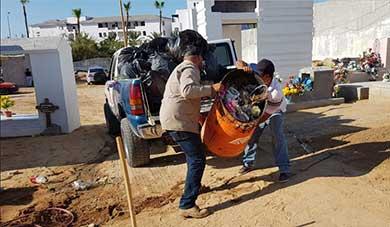 Constante limpieza en panteones municipales