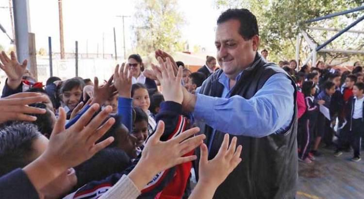 Continúa Gobernador programa de abanderamiento de escuelas