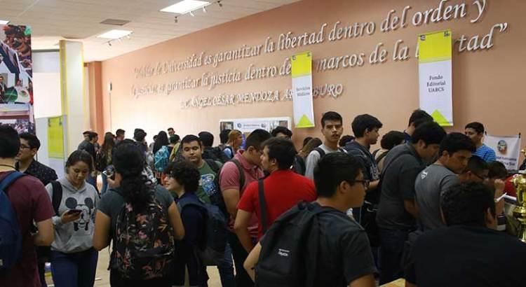 Asisten alumnos de nuevo ingreso  a feria de servicios en la UABCS