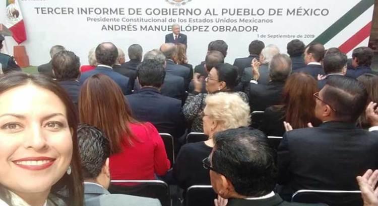 Entre selfie y selfie, atendió Milena Quiroga el informe presidencial
