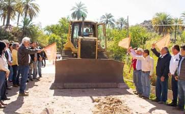 Da Alcalde banderazo a construcción de alcantarilla reforzada