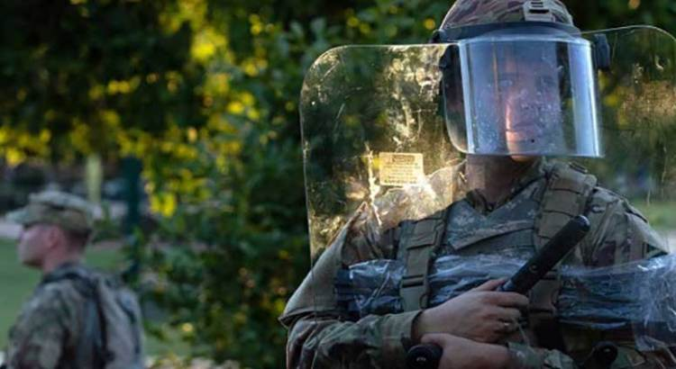 Vigilan miles de soldados las calles en EU