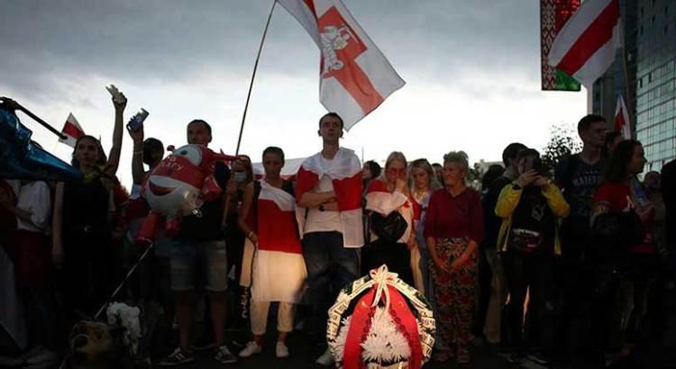 Desafían miles represión en Bielorrusia