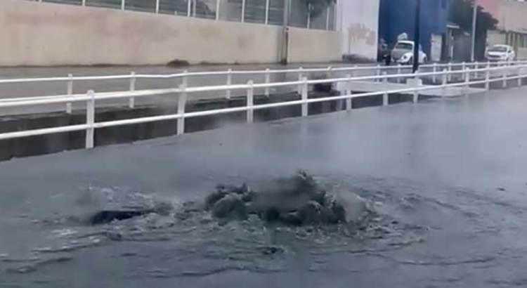 Inundan aguas negras las calles de Miramar