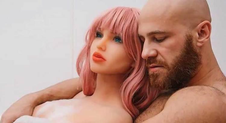 """""""Enviudó"""" el fisicoculturista que se casó con su muñeca inflable"""