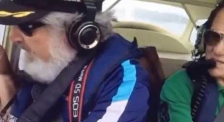 Se le cayó el teléfono por la ventana del avión