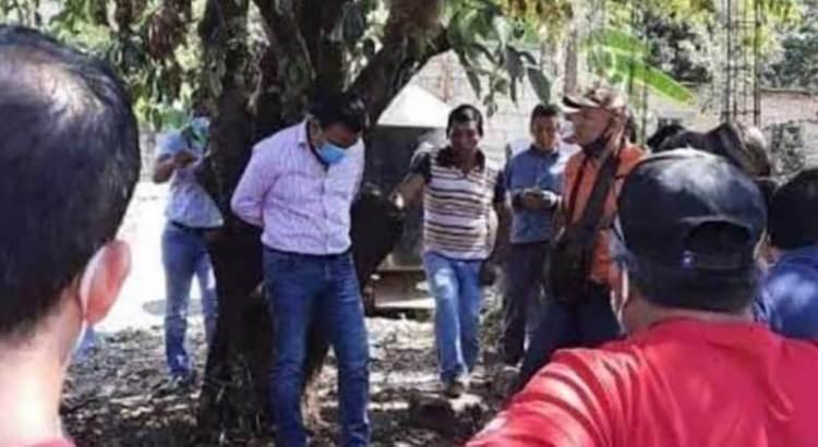 A un árbol amarran ciudadanos a su alcalde