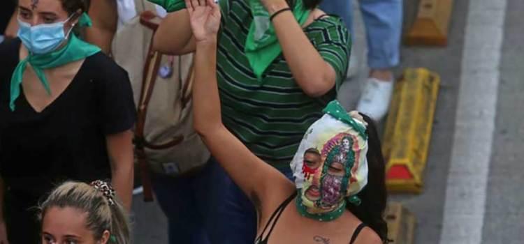 Prohíbe España marchas feministas