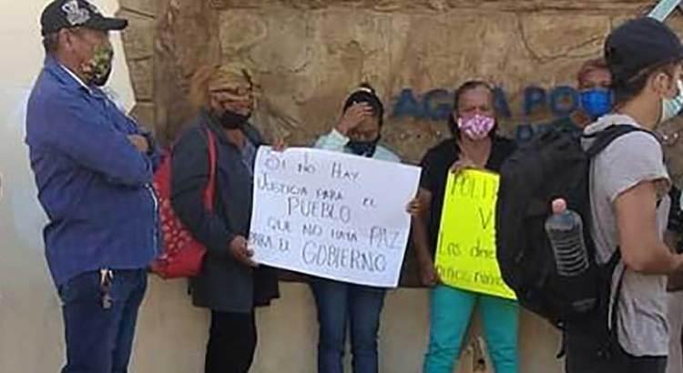 Se manifestaron en OOMSAPAS vecinos de La Ballena